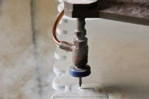 Dlaczego płytki ceramiczne najlepiej ciąć wodą?