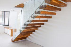 Szklane balustrady – efektowne wykończenie schodów