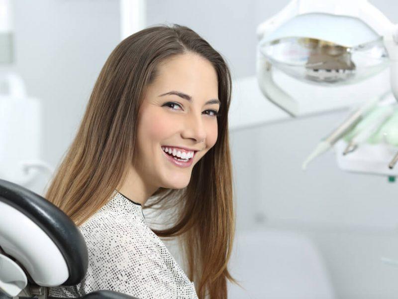 Lapisowanie zębów – na czym polega? Kiedy warto się zdecydować?