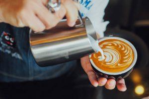 Czy sposób podania kawy ma znaczenie?