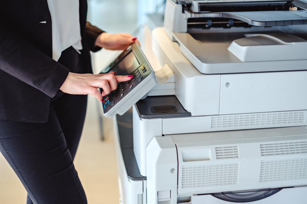 Przydatne urządzenia biurowe, które usprawnią codzienną pracę