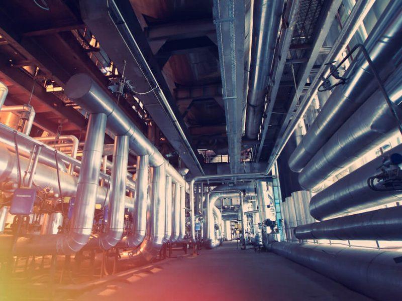 Transport w przemyśle chemicznym – jak wybrać system rurowy?