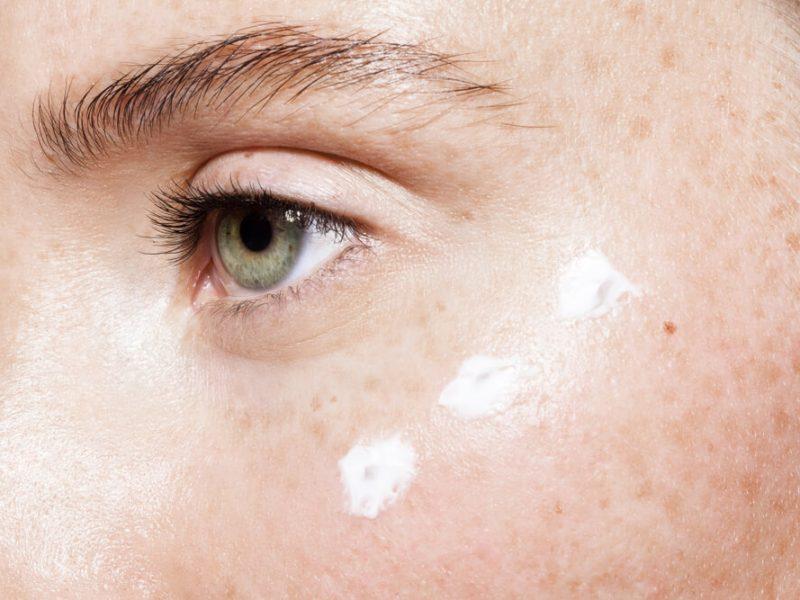 Jakich składników szukać w kosmetykach do pielęgnacji okolic oczu?