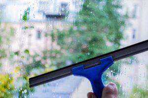 Mycie okien – jakie środki wybrać, by uniknąć smug?